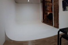 Photo studio + Beauty Salon in Barcelona with Studio assistant / crew,  Infinity wall and Softboxes