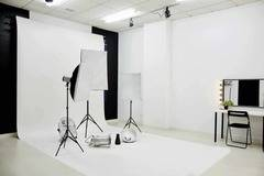 Alquiler estudio fotográfico | Iluminación profesional in Madrid with Projector ,  Make-up area  and Dressing room