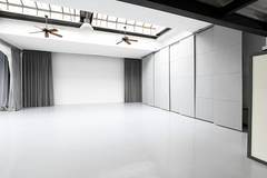 Studio Fotografico Isola | Photo studio in Milan with Daylight / total white,  Blackout / total black and Wind machine
