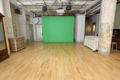 GreenScreen Studio in New-york with Daylight / total white,  Blackout / total black and Backgrounds