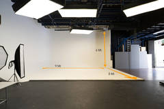 Rental Pro Studio in Milan with Infinity wall,  Poly boards and Tabletop