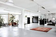 PHOTO STUDIO / EVENT LOCATION in Berlin with Daylight / total white,  Backgrounds and Wind machine